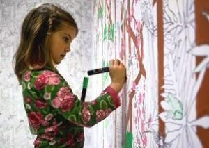 Ребенок рисует на стенах: почему они это делают и что делать