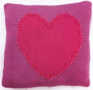 Подушка «Сердечко» спицами: описание, фото, схема