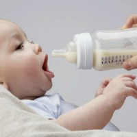 Чем напоить грудного ребенка в жару: водой, соком, компотом или молоком