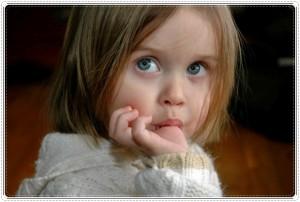 Ребенок сосет палец. Как отучить ребенка сосать палец и почему он это делает