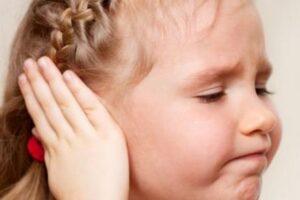 Боль в ухе у ребенка: что делать, как лечить, причины, симптомы, профилактика