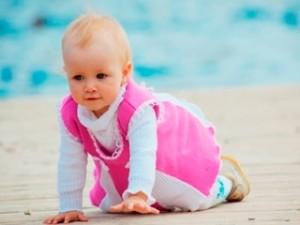 Как научить ребенка ползать на четвереньках. Упражнения для ребенка, видео