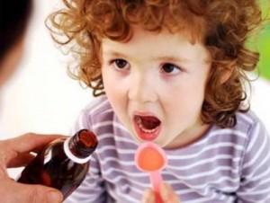 Как правильно дать лекарство ребенку: как капать капли, ставить свечку, давать таблетки