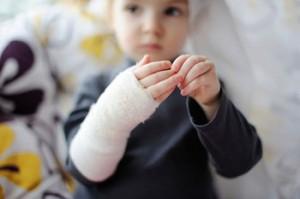 Основные детские травмы: ушиб, вывих, травмы головы, перелом. Первая помощь и профилактика