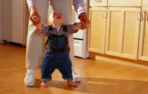 Как научить ребенка самостоятельно ходить. Первые шаги ребенка