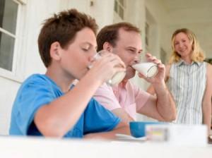 Молоко в сыром виде способно увеличить риск возникновения заболеваний пищеварительных органов