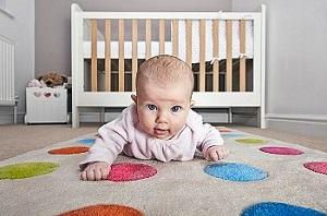 Как научить ребенка держать голову: упражнения лежа на животе