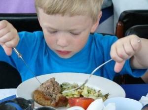 Правила поведения за столом детям: основы этикета и хороших манер