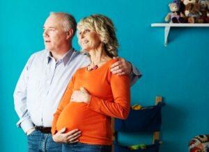 Поздние роды: риски и опасности, плюсы и минусы