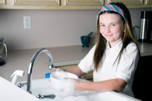 Как приучить ребенка помогать родителям по дому