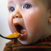 Дополнительные приемы пищи для детей до 3 лет: что полезно, а что вредно для ребенка