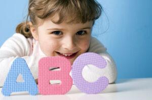 Как и когда учить иностранный язык с ребенком: особенности детского восприятия и метод развивающей игры