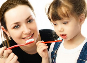Как правильно чистить зубы детям. Когда начинать чистить зубы ребенку